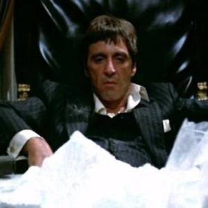 Al Pacino em cena de Scarface (1983)