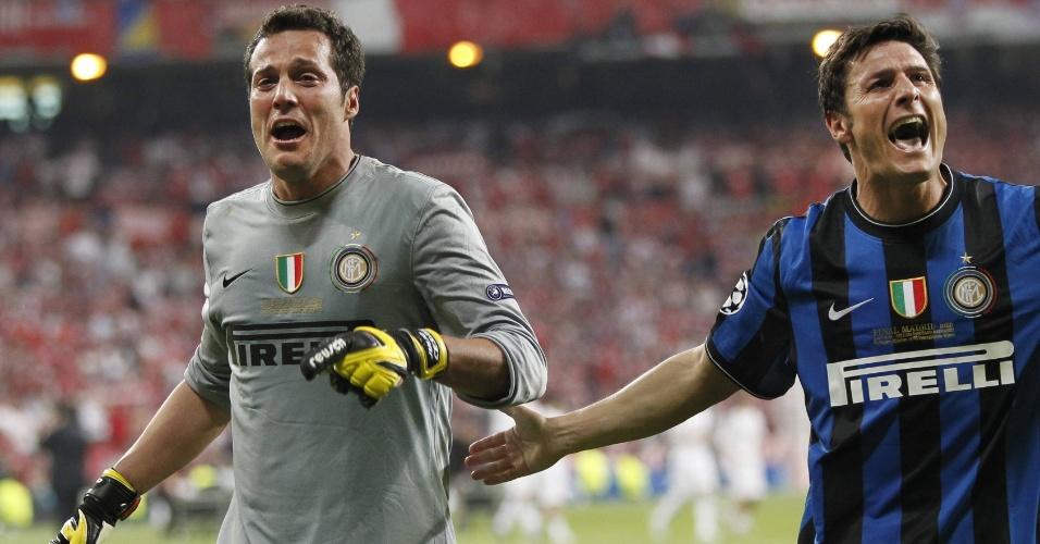 O goleiro brasileiro Júlio César (esq.), da Internazionale de Milão e o argentino Javier Zanetti, comemoram o título da Liga dos Campeões (22/05/2010)