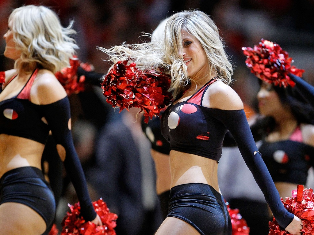 Cheerleaders do Chicago Bulls fazem coreografia durante a partida contra o Miami Heat