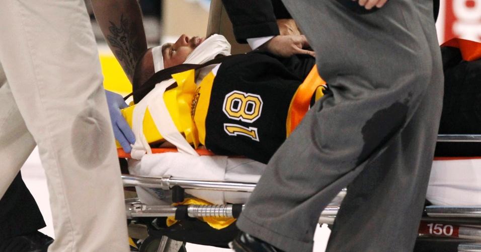 Jogador do Boston Bruins Nathan Horton deixa jogo de maca, após forte pancada na final da NHL