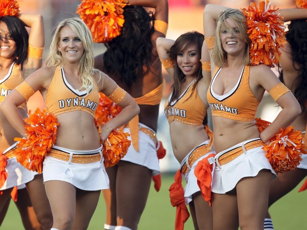Cheerleaders do Houston Dynamo fazem pose em jogo contra o Chivas USA no Robertson Stadium, em Houston, Texas
