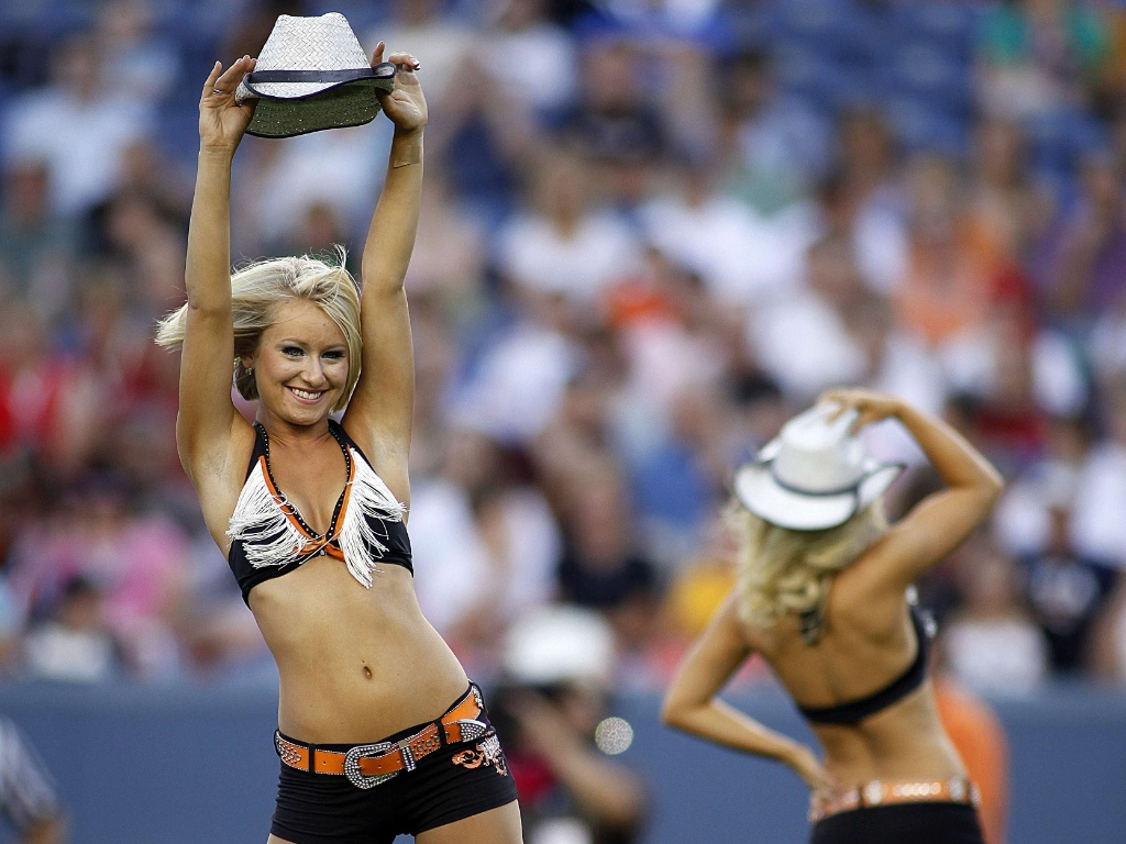 Cheerleaders do Denver Outlaws durante intervalo de jogo contra o Boston Cannons, em Colorado