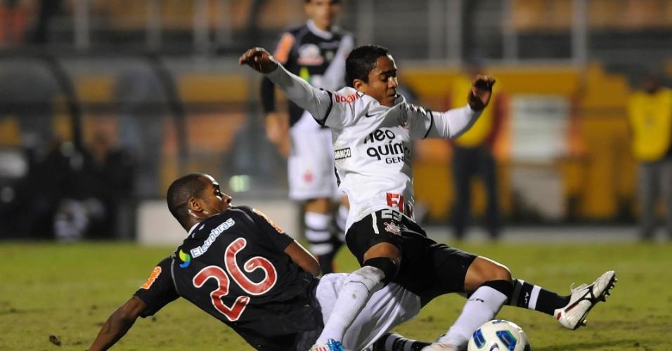 Jorge Henrique é marcado por Dedé na partida entre Corinthians e Vasco (06/07/11)