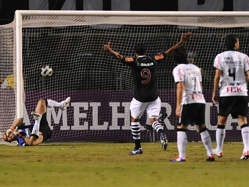 Julio Cesar falha, e Juninho Pernambucano abre o placar para o Vasco contra o Corinthians (06/07/11)