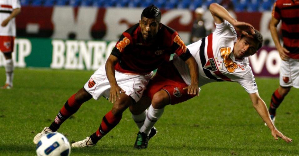 Léo Moura vai para o chão durante a partida contra o São Paulo, pelo Brasileirão