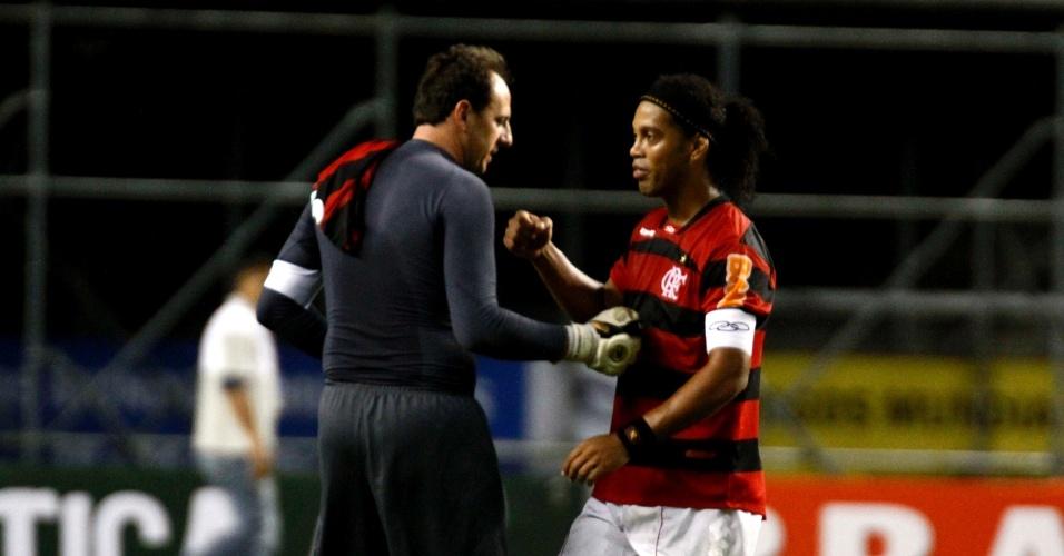 Rogério Ceni cumprimenta Ronaldinho após a vitória do Flamengo por 1 a 0 no Engenhão