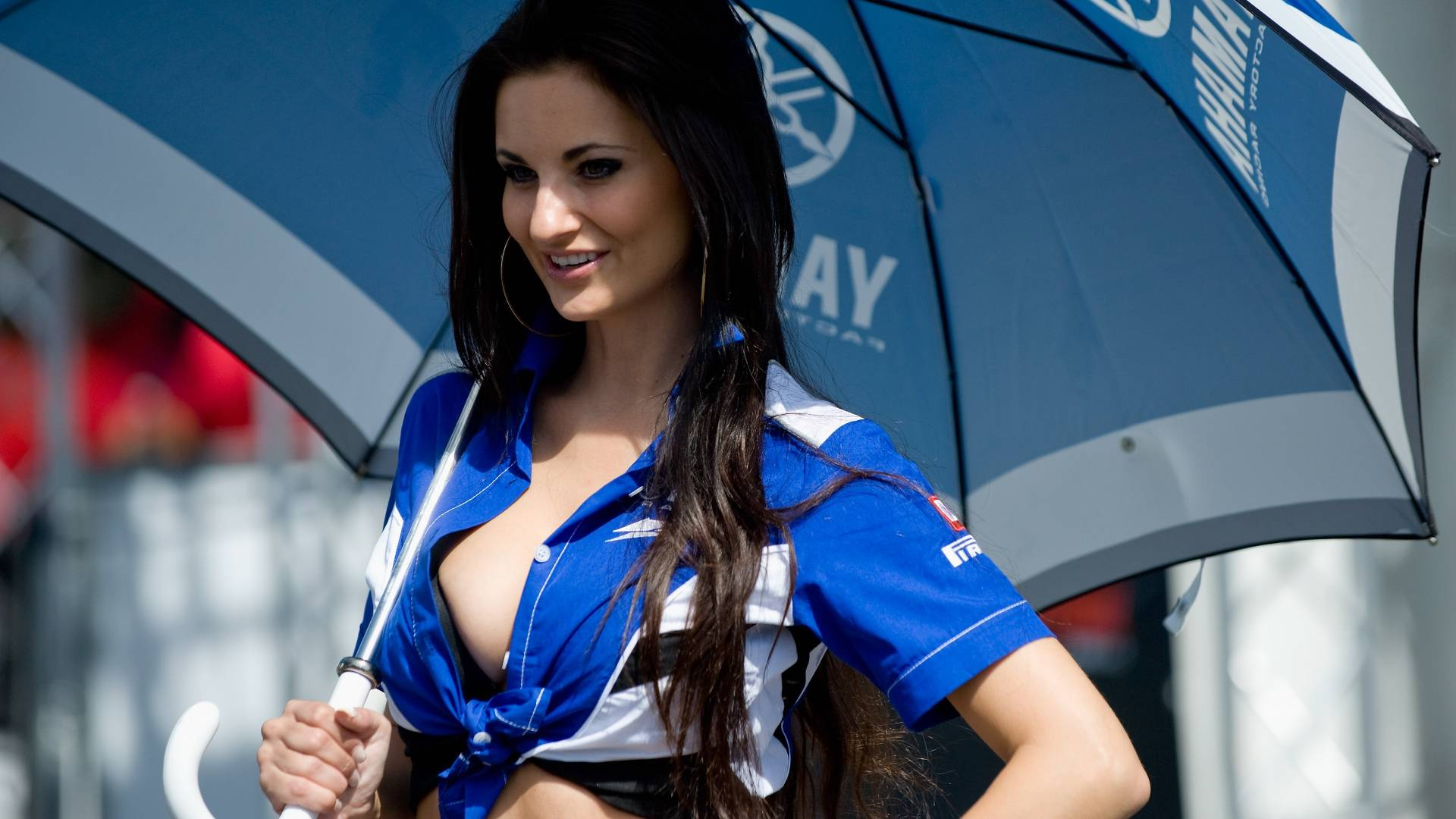 Grid girl posa antes do treino de classificao para o Mundial de Superbike, circuito de Brno, na Repblica Tcheca