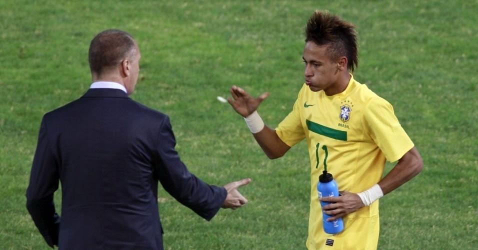 Neymar é cumprimentado por Mano Menezes durante o jogo com o Equador