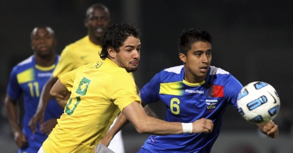 Pato tenta fugir da marcação antes de abrir o placar para o Brasil