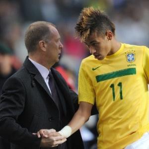 Neymar cumprimenta o técnico Mano Menezes após ser substituído por Fred contra o Paraguai