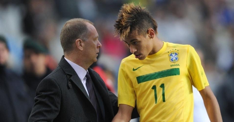 Neymar cumprimenta o técnico mano Menezes após ser substituído por Fred contra o Paraguai (17/07/2011)