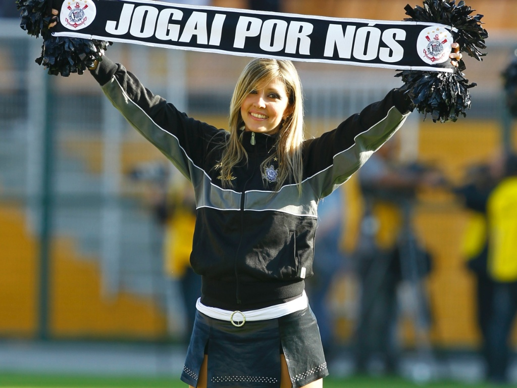 Cheerleader do Corinthians anima torcedores durante a partida contra o Cruzeiro no Pacaembu (24/07/11)