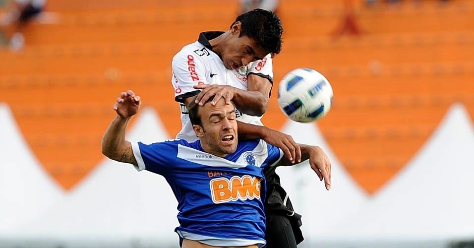Roger tenta passar pela marcação na partida entre Corinthians e Cruzeiro (24/07/11)