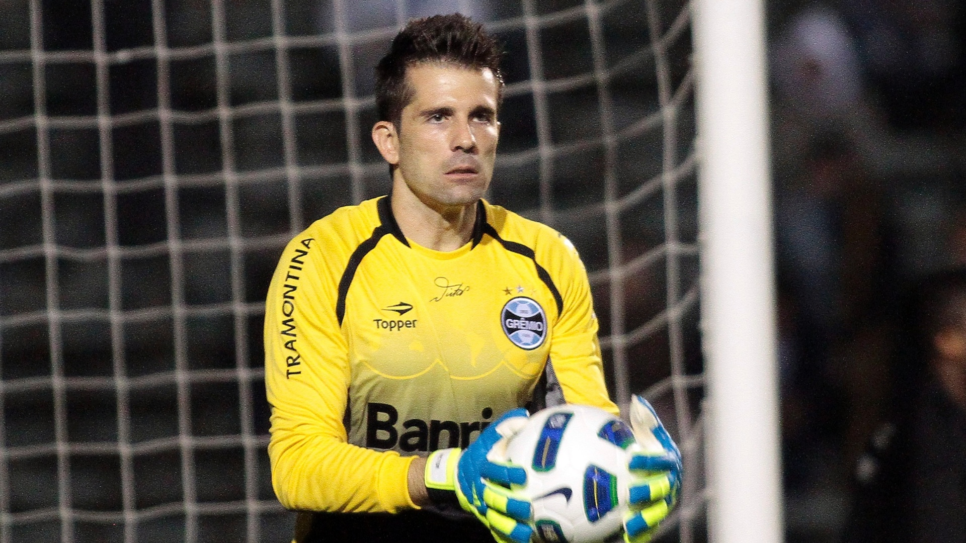 Com facilidade, goleiro Victor defende a bola durante empate em 1 a 1 entre Grmio e Amrica-MG