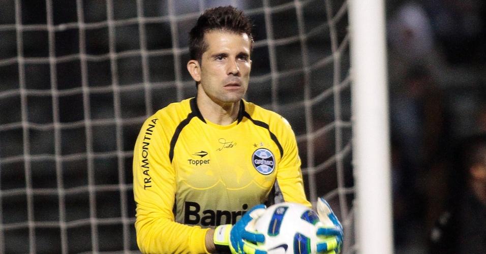 Com facilidade, goleiro Victor defende a bola durante empate em 1 a 1 entre Grêmio e América-MG