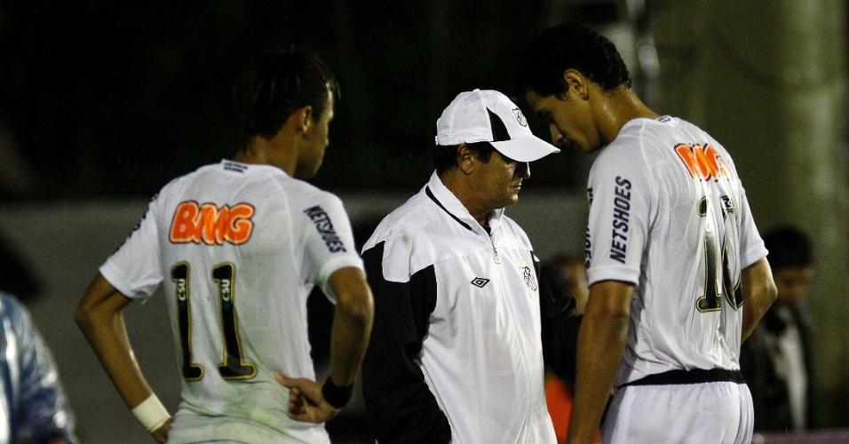Muricy coversa com Neymar e Ganso durante paralisação na partida contra o Vasco, devido a falha em parte da iluminação