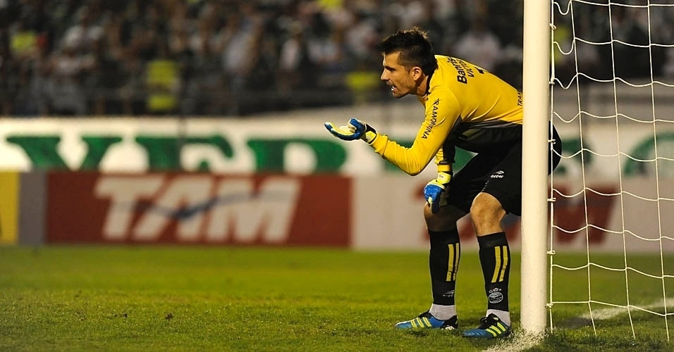 Goleiro Victor, do Grmio, ajeita a barreira da sua equipe antes de uma cobrana de falta de Marcos Assuno, do Palmeiras
