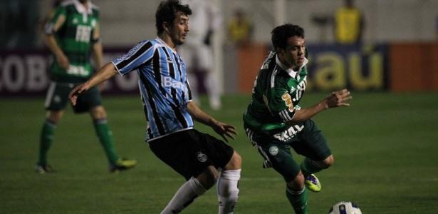 Kleber, do Palmeiras, tenta de livrar da marcação do meia Douglas, do Grêmio