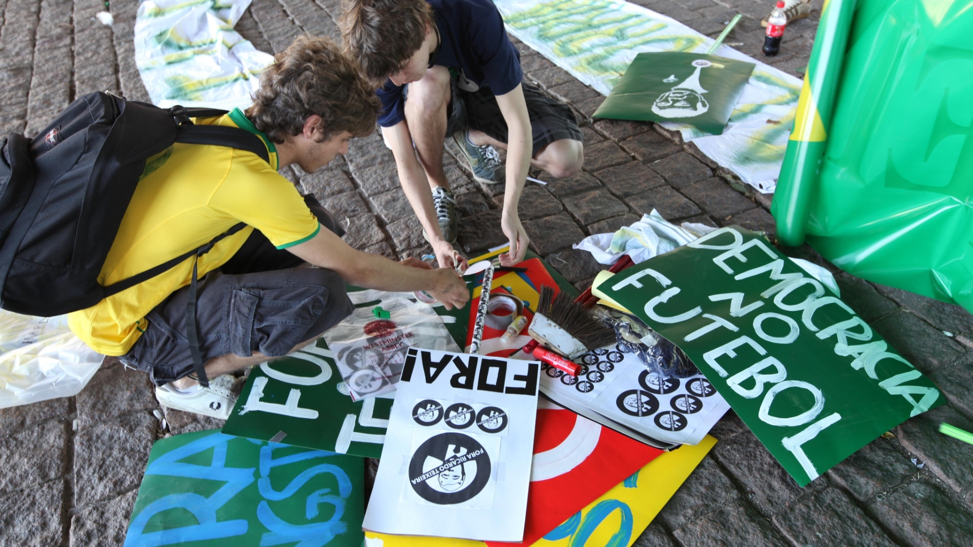 Jovens preparam as placas para usar no movimento contra o presidente da CBF em So Paulo (13/08/2011)