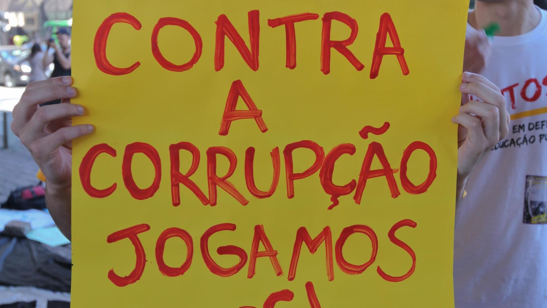 Jovens reclamam de corrupção na CBF e estão na bronca contra Ricardo Teixeira (13/08/2011)