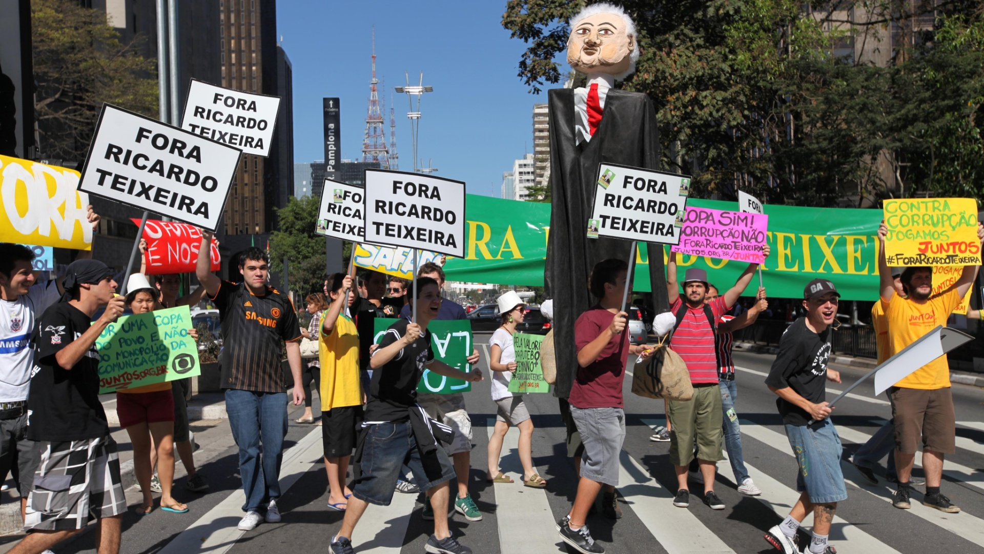 Jovens tomam um dos lados da Paulista na manifestao contra Ricardo Teixeira (13/08/2011)