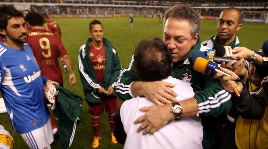 Abel Braga dá um abraço em Muricy Ramalho antes da partida entre Santo e Fluminense, na Vila