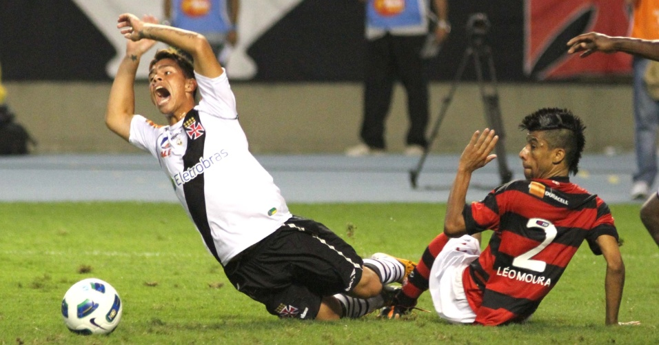 Bernardo, meia do Vasco, cai no chão e reclama após receber falta de Léo Moura no clássico carioca