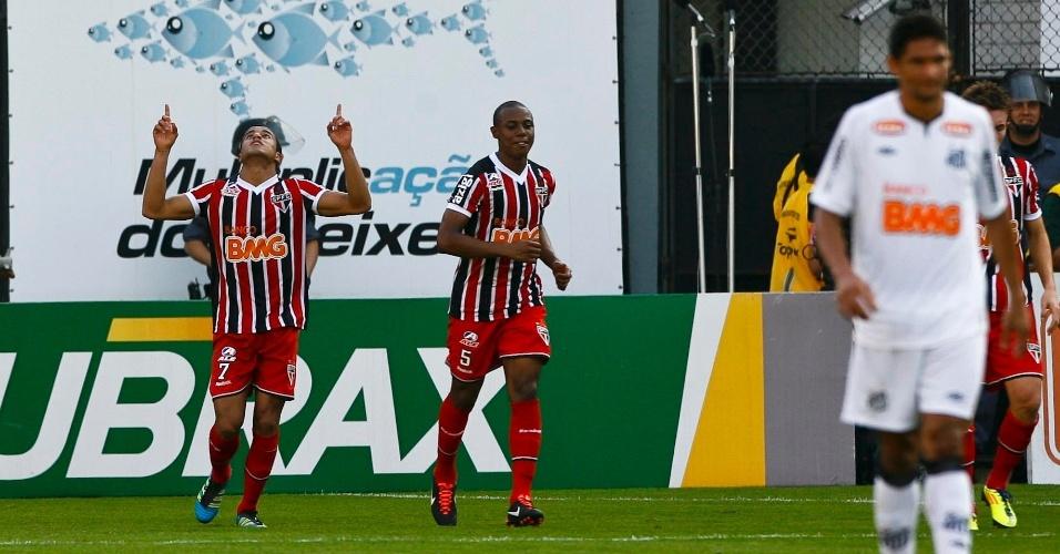 Lucas comemora ao marcar um lindo gol para o São Paulo contra o Santos ainda no 1º tempo na Vila