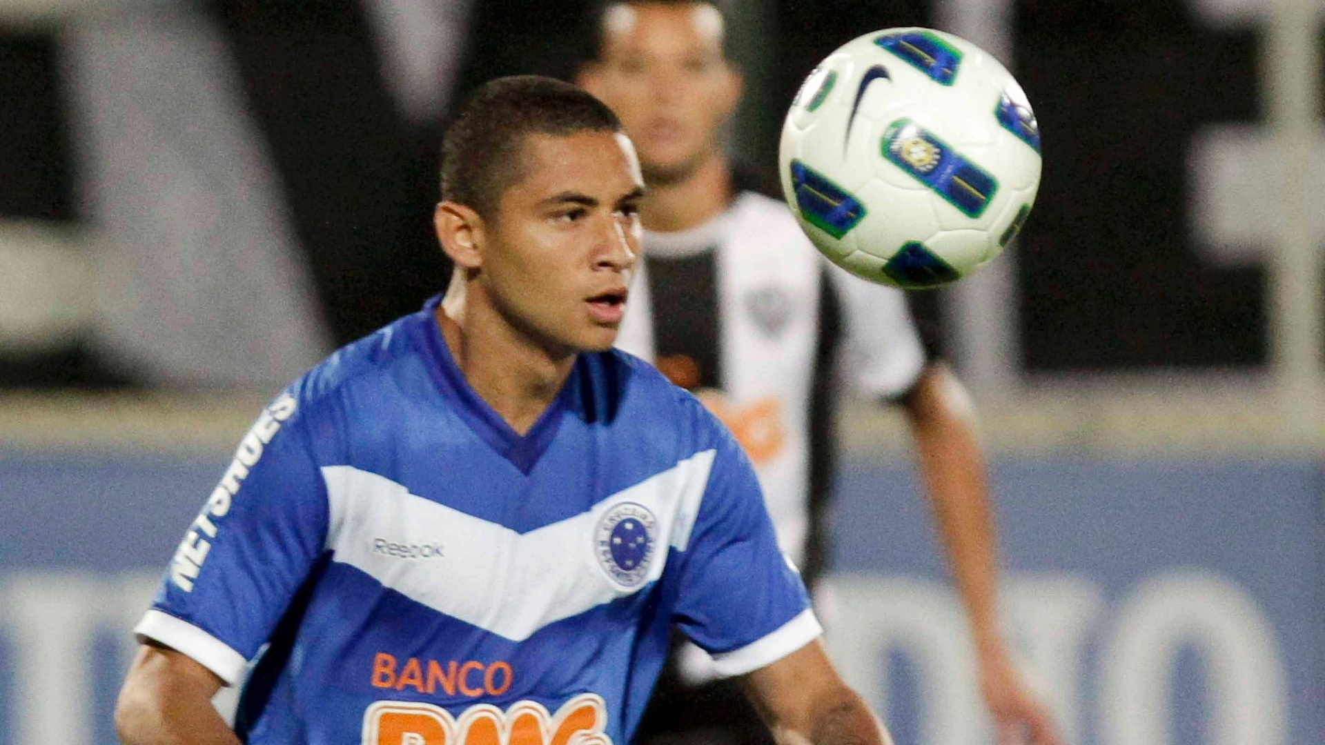 Wellington Paulista, atacante do Cruzeiro, domina a bola no clssico do Atltico-MG