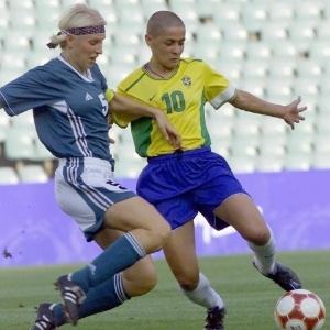 Capit alem, Doris Fitschen disputa a bola com brasileira Sissi no torneio olmpico de futebol
