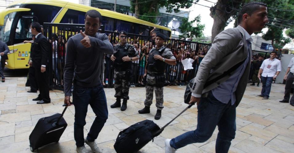 Lucas e Ralf chegam a Belém para o amistoso da seleção brasileira contra a Argentina na quarta-feira (26/09/2011)