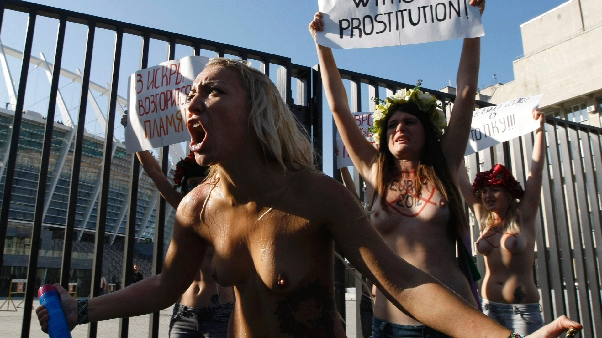 Ativistas do grupo Femen foram ao estdio Olmpico, em Kiev, para protestar. Elas pediram  Uefa e s autoridades ucranianas para que fortaleam o combate  prostituio