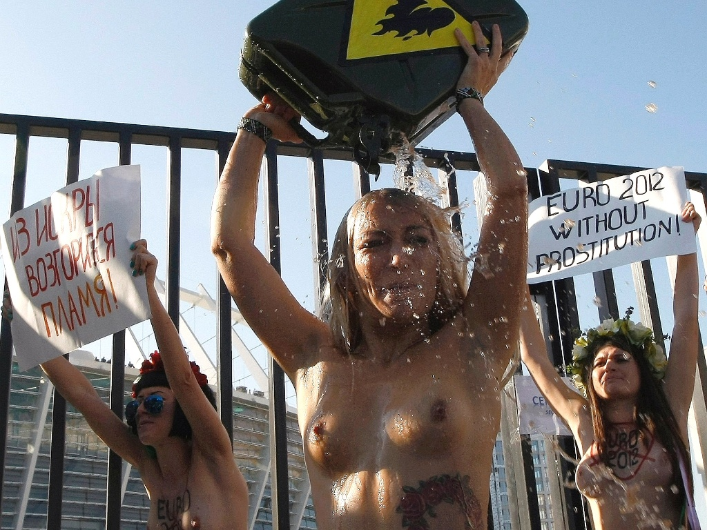 Ativistas do grupo Femen protestaram em frente ao estdio Olmpico, em Kiev, que receber alguns jogos da Eurocopa-2012. Elas pediram o fortalecimento do combate  prostituio no pas