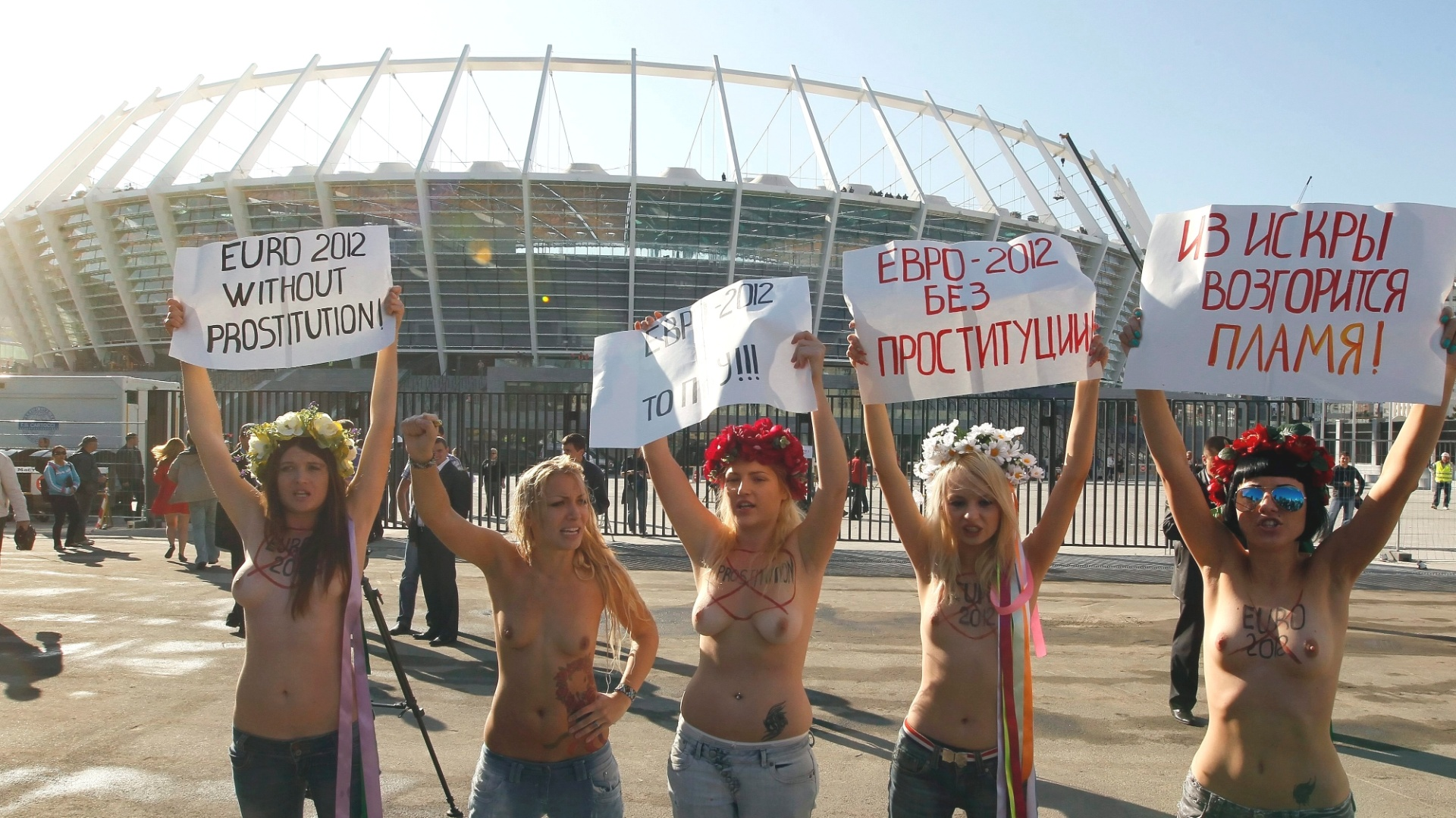 Ativistas do grupo feminista Femen fazem protesto em frente ao estdio Olmpico, em Kiev (Ucrnia). Elas pedem uma Eurocopa-2012 sem prostituio