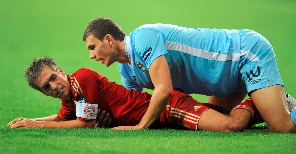 Philipp Lahm, do Bayern de Munique, e Edin Dzeko, do Manchester City, caem no chão durante confronto pela Liga dos Campeões (27/09/2011)