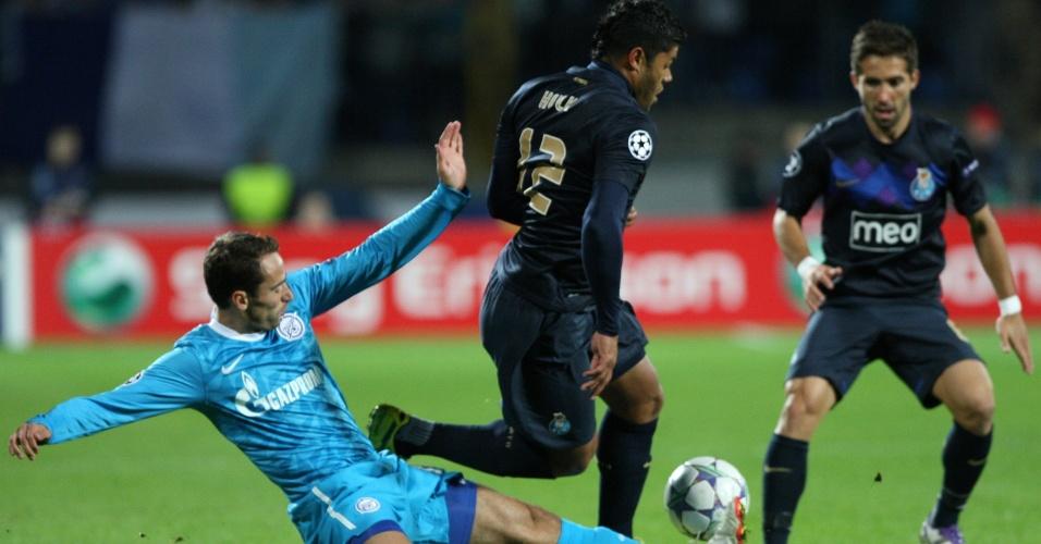 28.set.2011 - O atacante Hulk, do Porto, tenta escapar da marcação de Shirokov, do Zenit St. Petersburgo, durante jogo da segunda rodada da fase de grupos da Liga dos Campeões