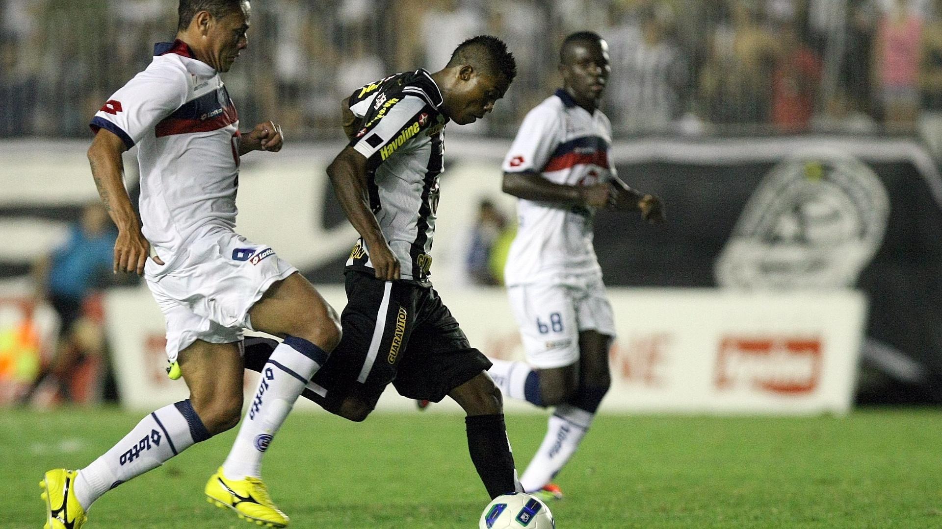 Maicosuel, do Botafogo, disputa lance durante partida contra o Bahia em São Januário