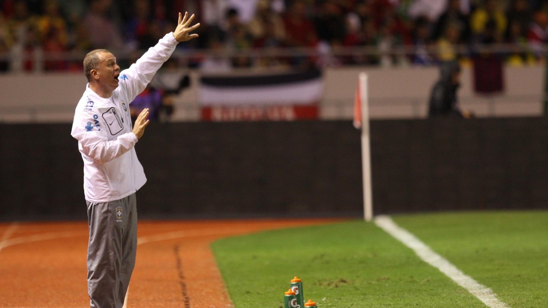 Mano Menezes passa instruções aos seus comandados durante a partida entre Brasil e Costa Rica