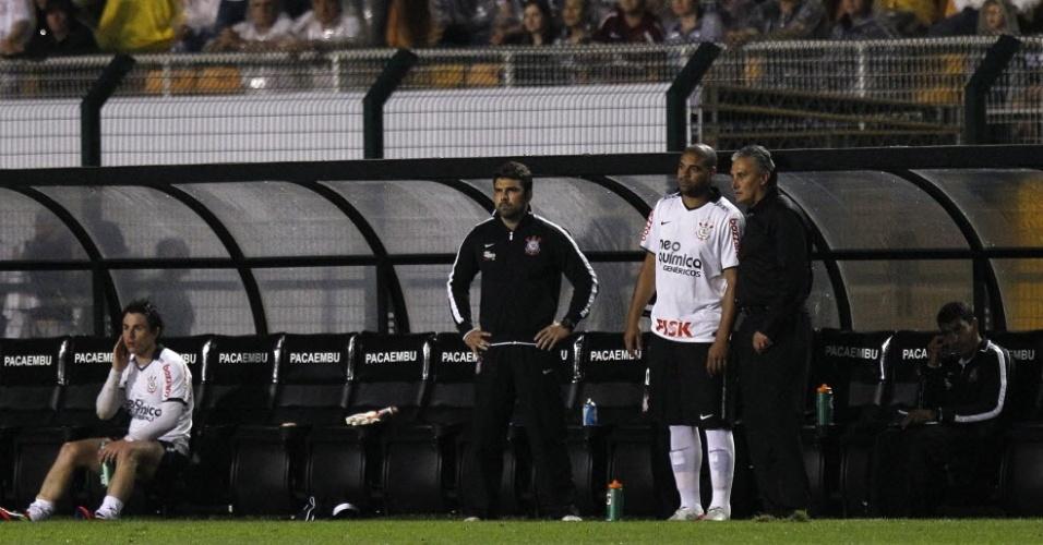 Adriano conversa com Tite antes de entrar no segundo tempo de Corinthians x Atlético-GO