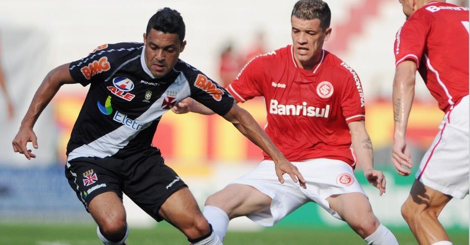 Vascaíno Éder Luís protege a bola de D'Alessandro durante jogo contra o Internacional