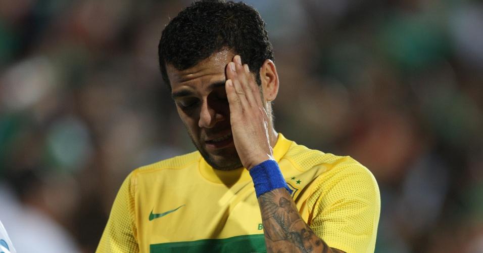 O lateral Daniel Alves deixa o campo após ser expulso do amistoso contra o México