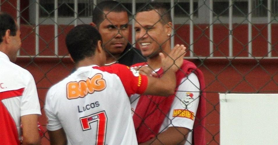 Lucas conversa com Luís Fabiano durante treino do São Paulo no CT da Barra Funda (13/10/11)