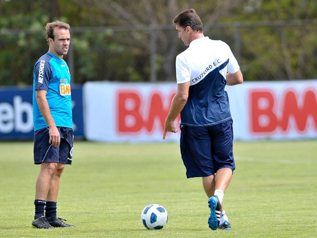 Vágner Mancini conversa com Roger durante treinamento do Cruzeiro nesta sexta