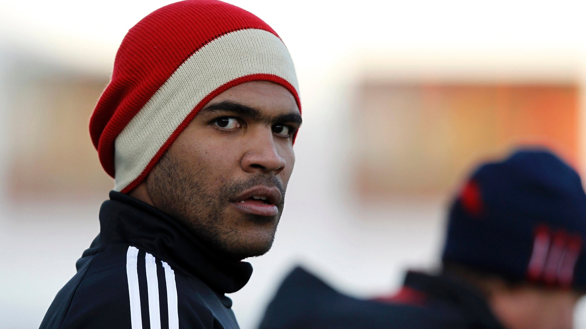Breno observa treino do Bayern de Munique