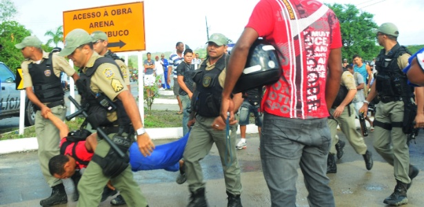 Greve e confronto com a pol&#237;cia na Arena Pernambuco; oito das 12 arenas da Copa j&#225; tiveram paralisa&#231;&#227;o