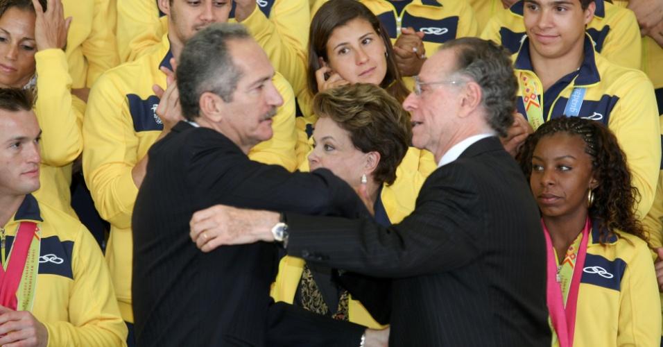 Aldo Rebelo, ministro do Esporte, cumprimenta Carlos Arthur Nuzman, em cerimônia com os atletas medalhistas do Pan em Brasília (09/11/2011)