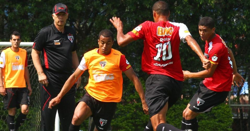Observado pelo técnico Leão, o meia Lucas avança no treino do São Paulo nesta quinta-feira