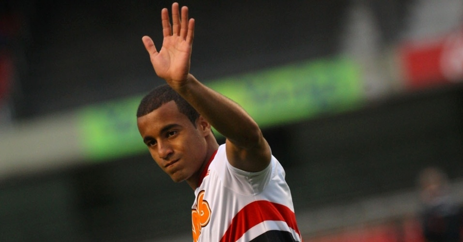 Lucas cumprimenta a torcida antes do jogo entre São Paulo e Avaí, pelo Campeonato Brasileiro