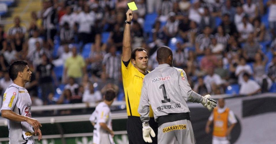 Jefferson recebe cartão amarelo depois de cometer falta em Diego Souza dentro da área