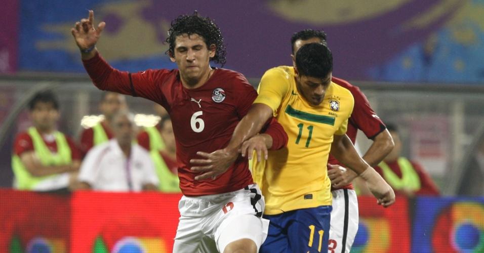 Atacante Hulk disputa a bola contra defensor da equipe do Egito, nesta segunda-feira